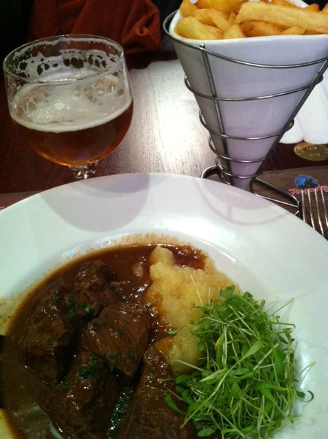 Stew, frites and beer!